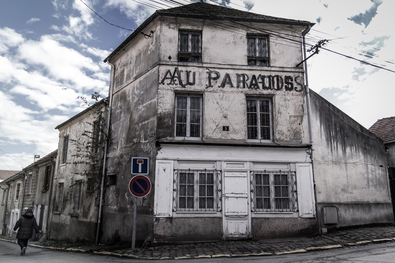 Le vieux pays un village quasi abandonn moins d 39 une for Piscine de goussainville