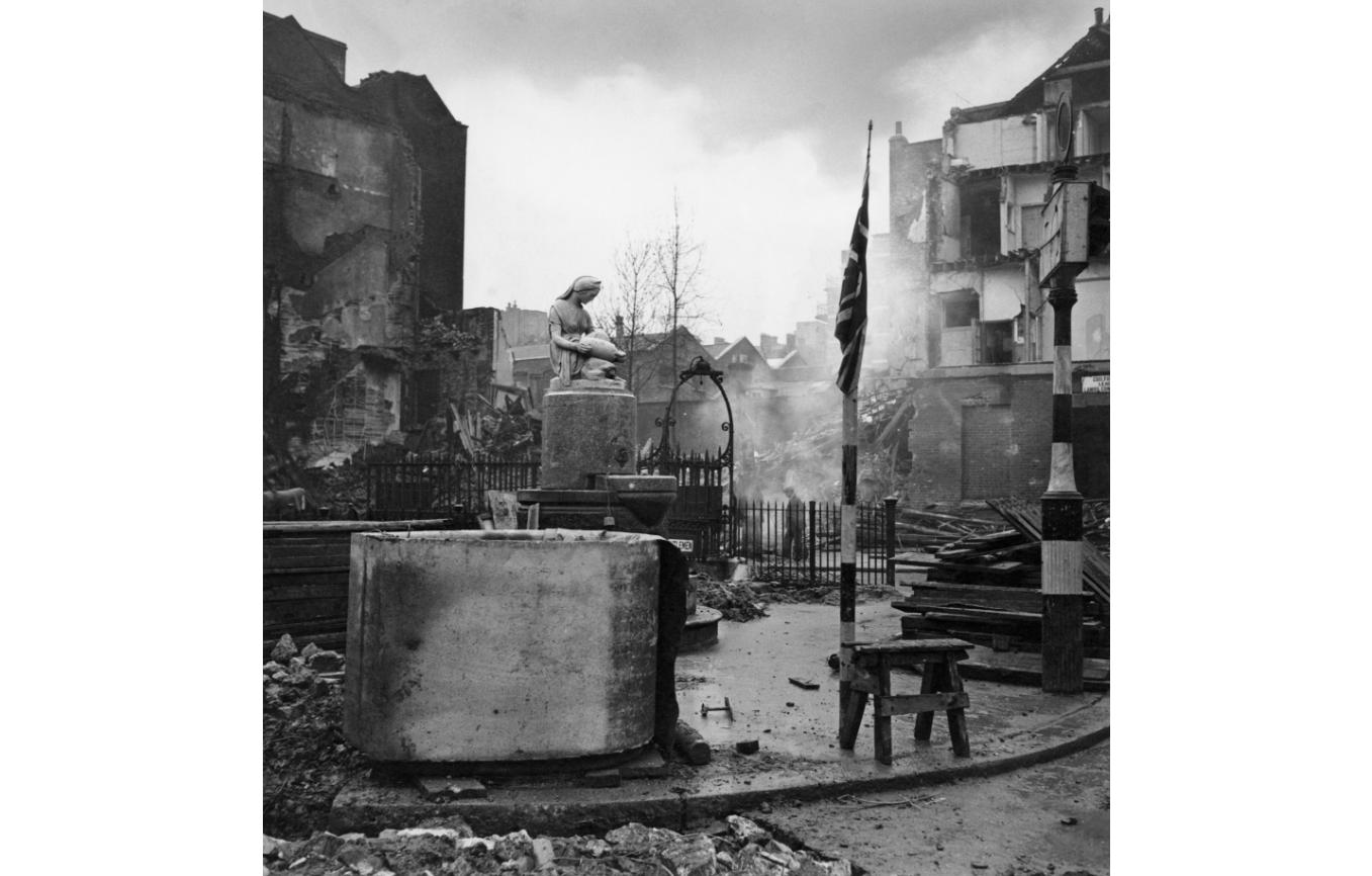 Cecil Beaton: Bomb damage, Bloomsbury Square, 1940
