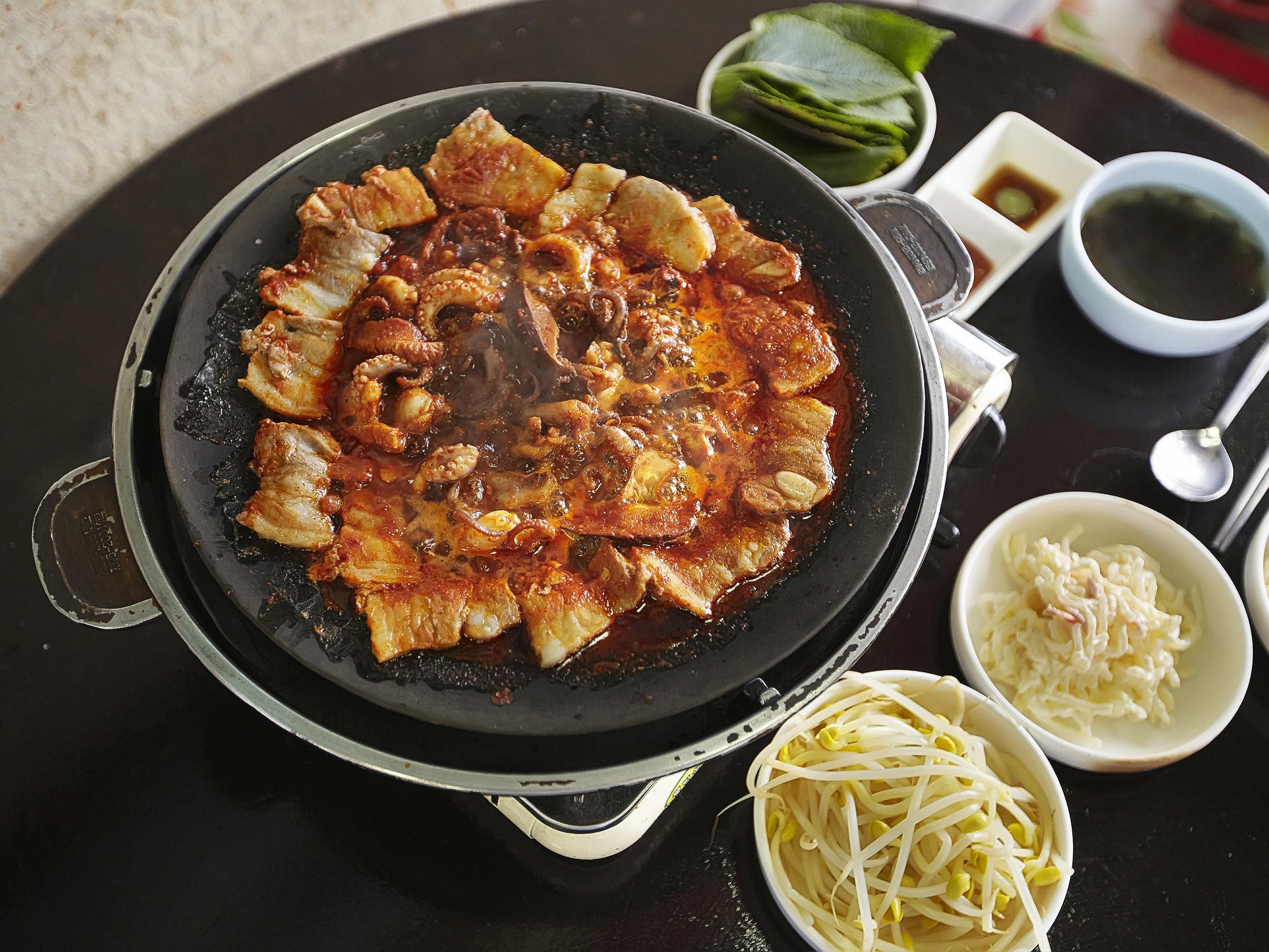 Stir-fried jjukkumi and samgyeopsal | Gyo-dong-jip