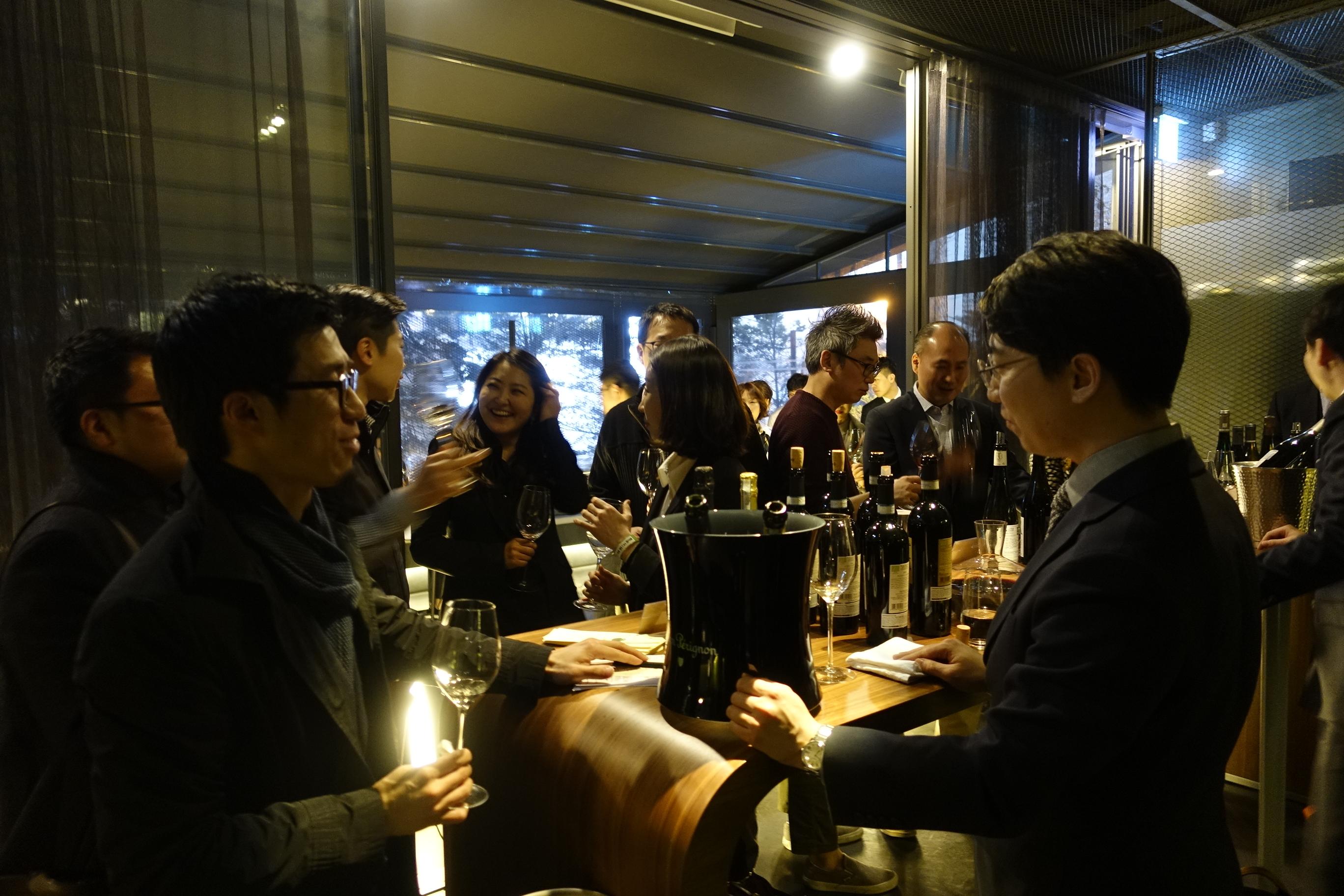 정식바의 신동혁 소믈리에와 행사에 참여한 와인 수입사의 관계자들에게 물었다.