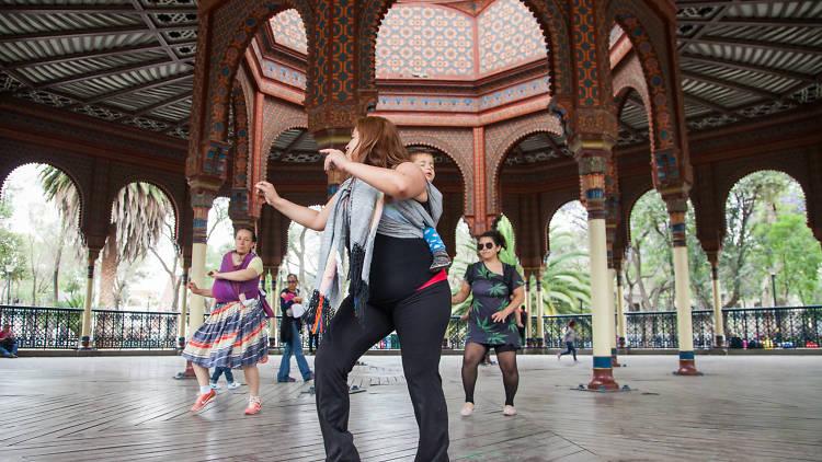Danza portando en el Kiosco Morisco