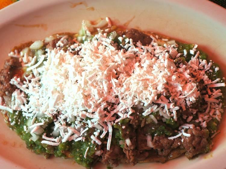 Memela de Bistec con queso y salsa verde