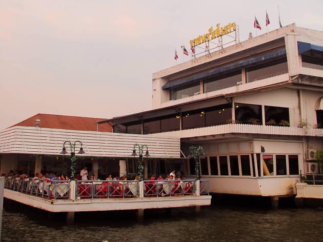 A pier view of Krua Khun Goong riverside