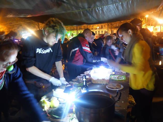 Manger debout : quand la cuisine s'invite chez les militants de la place de la République