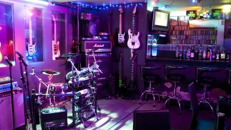 http://www.timeout.jp/tokyo/ja/nightlife/shinjuku-rock-bar
