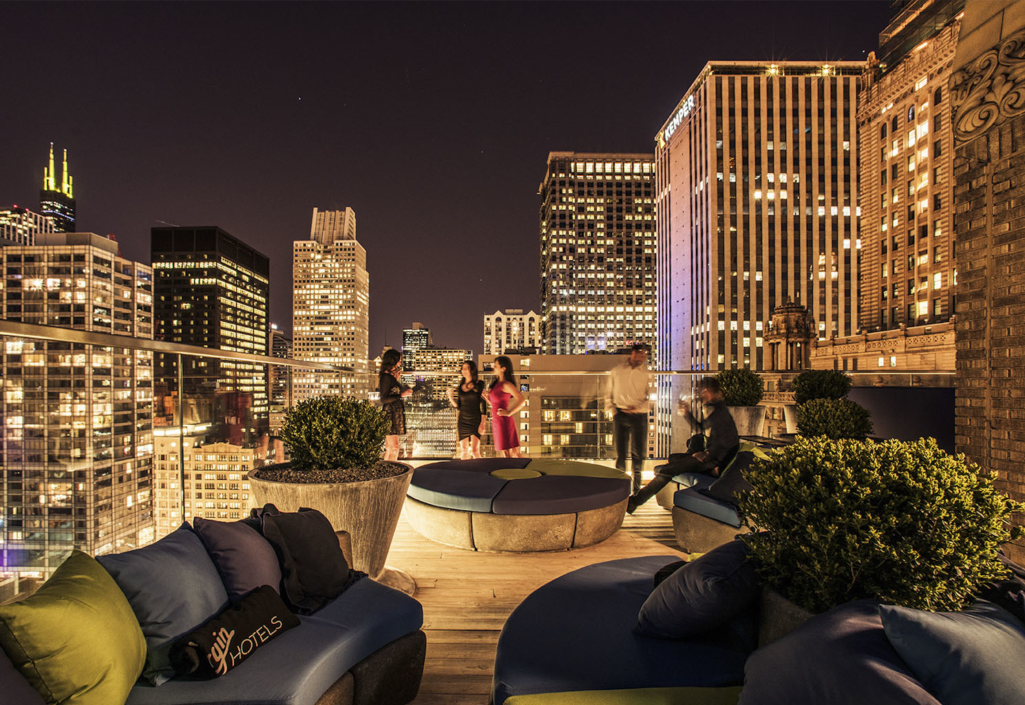 Cerise rooftop bars in loop chicago for Small luxury hotels chicago
