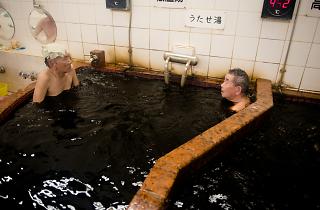東京の温泉地帯で黒湯に浸かってみた