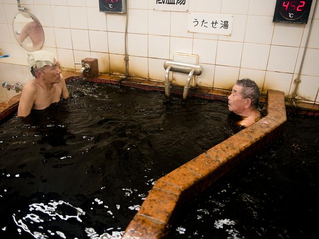 真っ黒な湯で美肌になる。