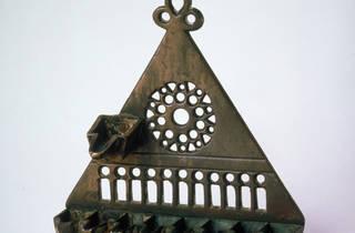 Jewish Museum 2 (Lampe de la reconsécration, hanoukkiyyah, France, XIVe siècle, bronze, 15,5 x 14,7 cm. © mahJ)