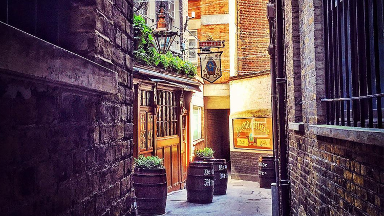 27 London Alleyways The Heart Eyes Emoji Was Created For