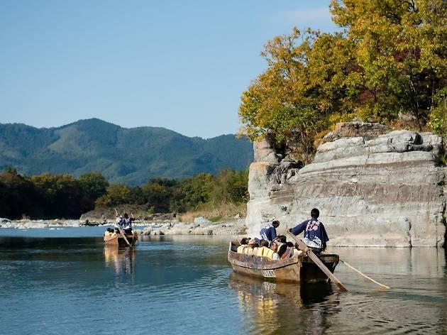木の船で川を下る。