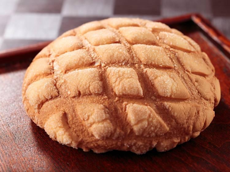 巨大メロンパンを齧る。