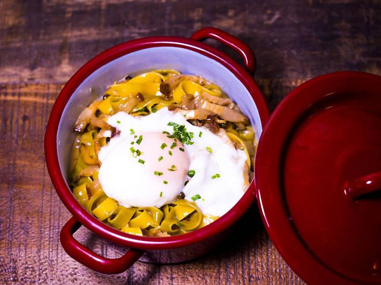2254: 'Tagliatelle' niu amb ou 'poché', papada de porc a baixa temperatura i salsa de pebre verda