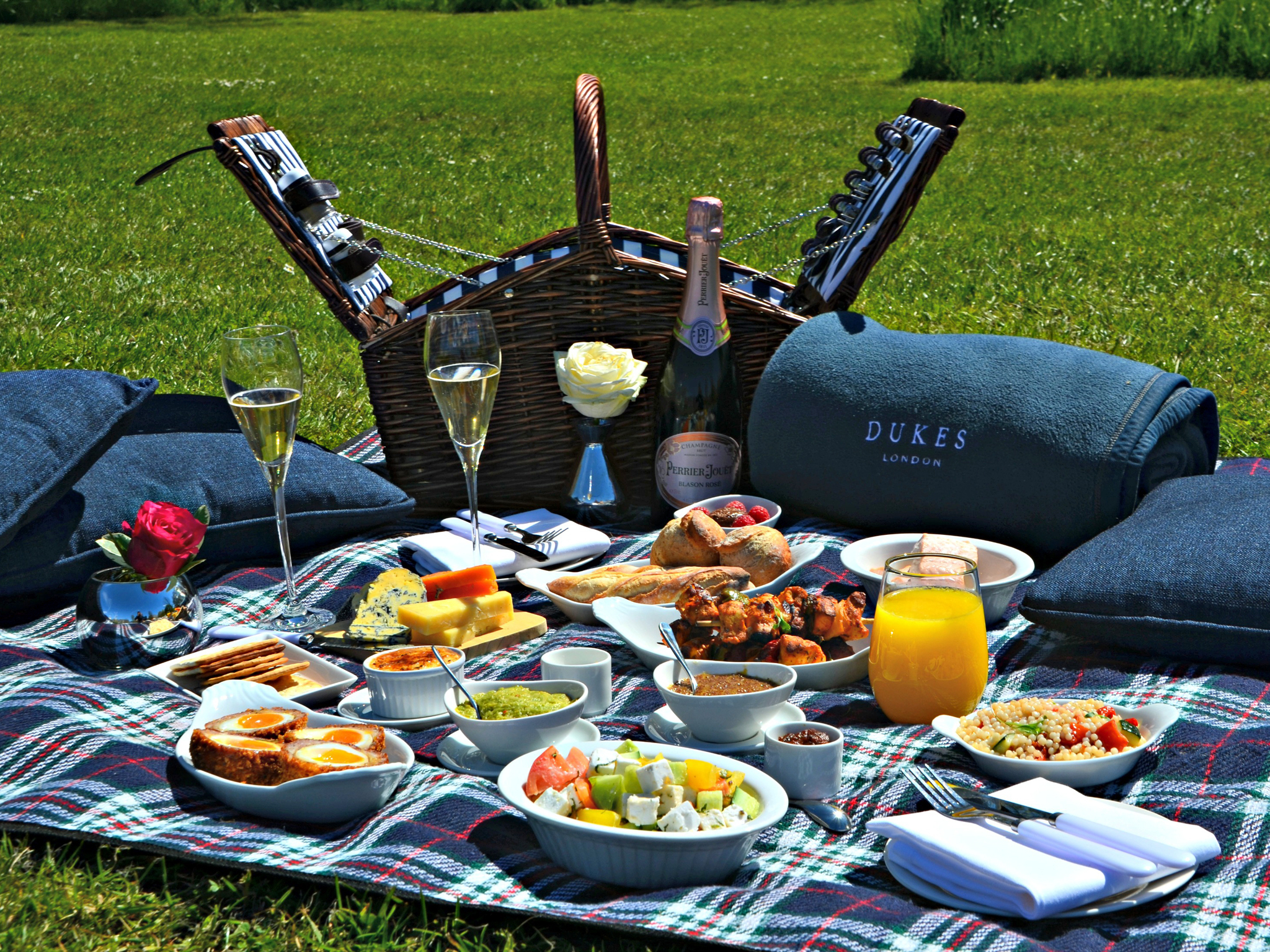 the best picnic hampers in london, dukes hotel