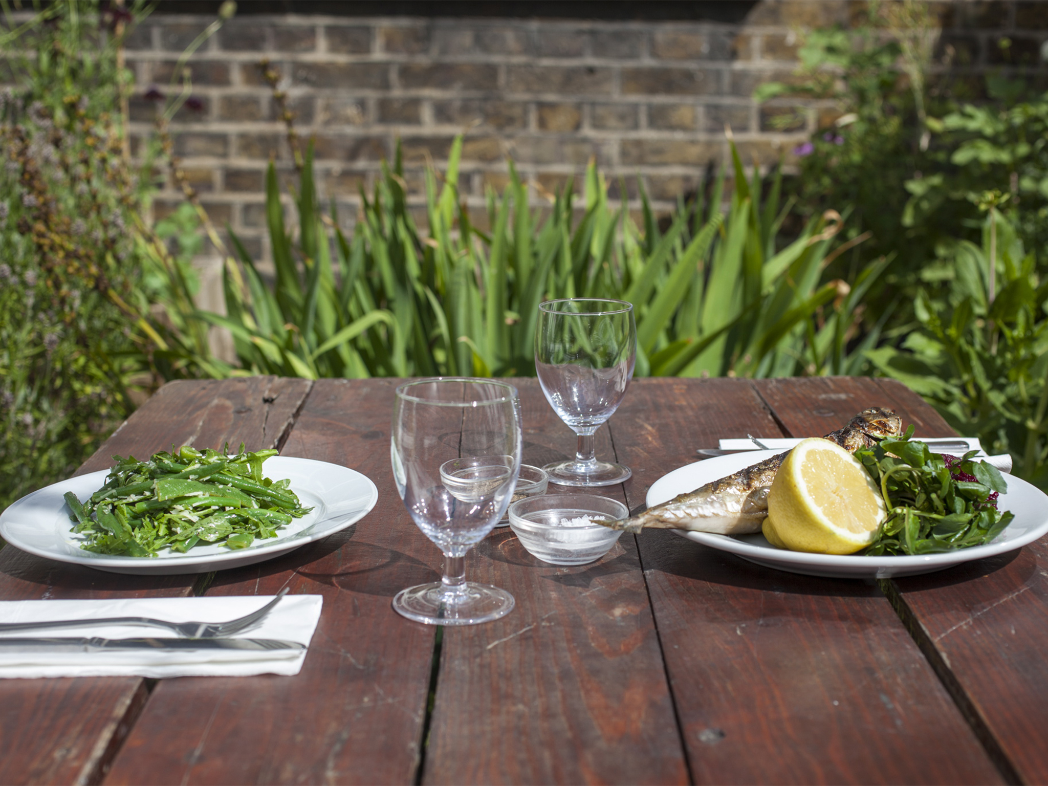 Outdoor dining spots in the city