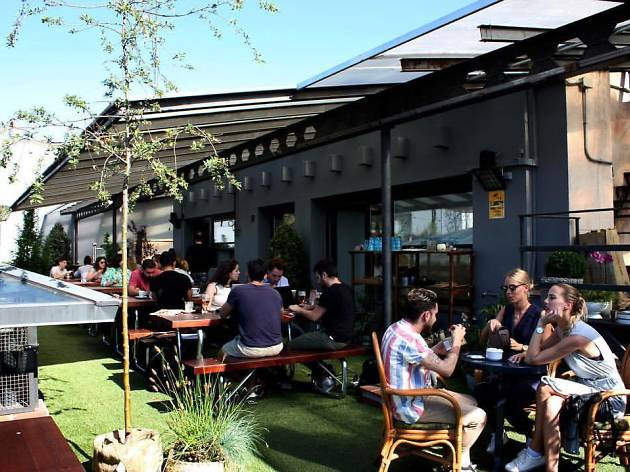 El Paracaidista: decoración + bar + cine + terraza...