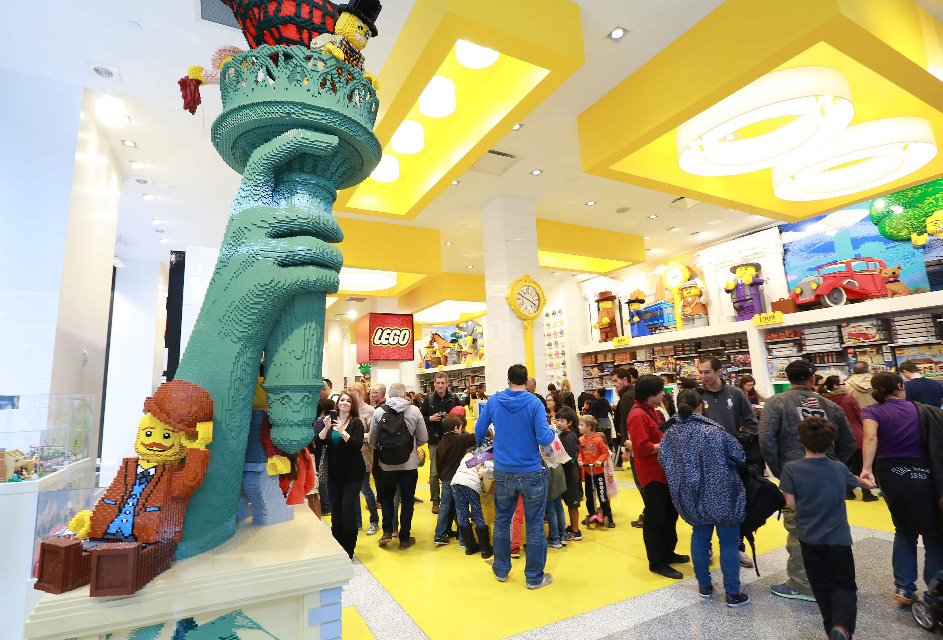 Kids can now have a birthday party at flatiron 39 s lego store for Things to do in nyc for kids today