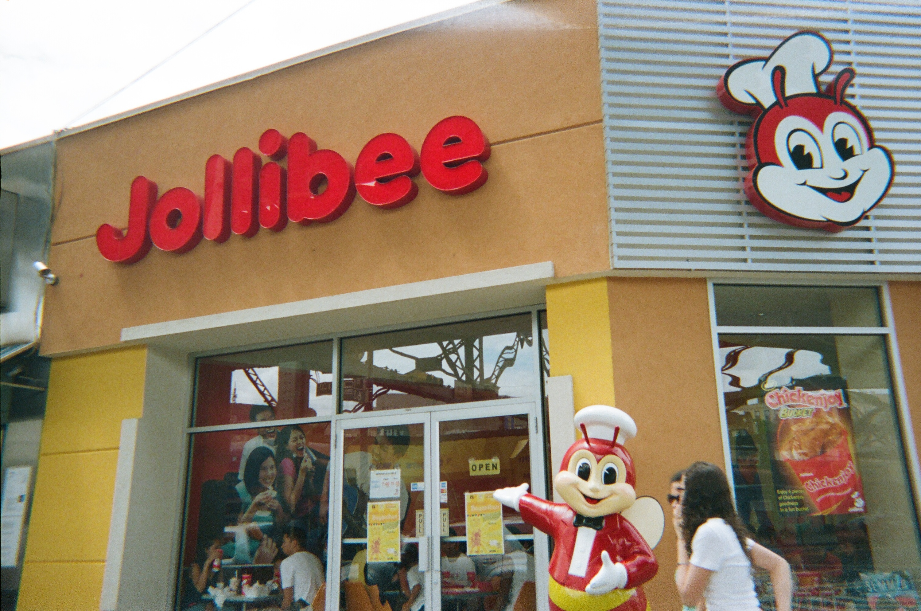 The biggest Filipino fast-food chain is coming to Manhattan