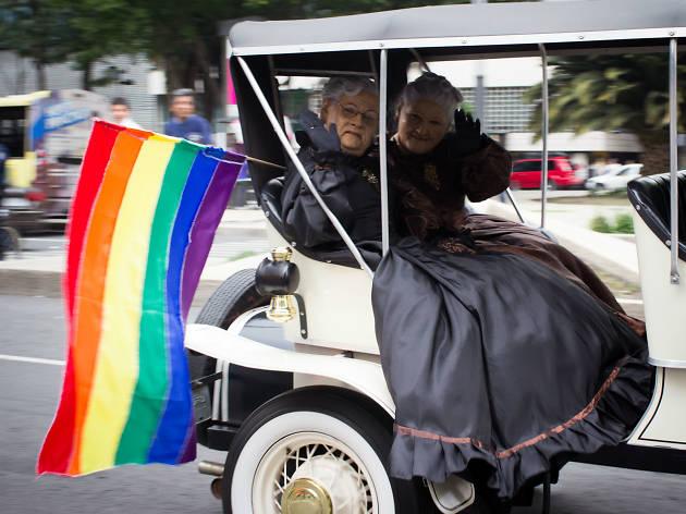 Dos abuelitas festejan la Marcha del Orgullo LGBTTTI en la CDMX