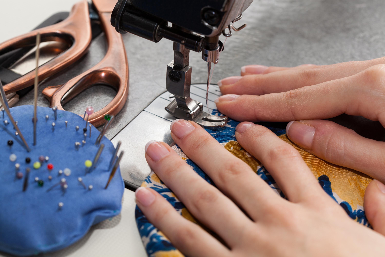 Apprenti styliste et créateur de bijoux au palais Galliera