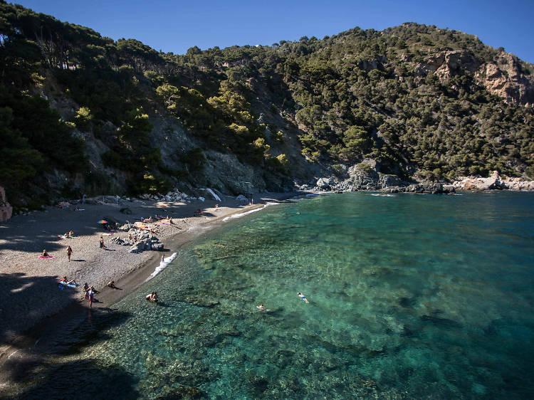 O una de les platges més curioses de la Costa Brava...