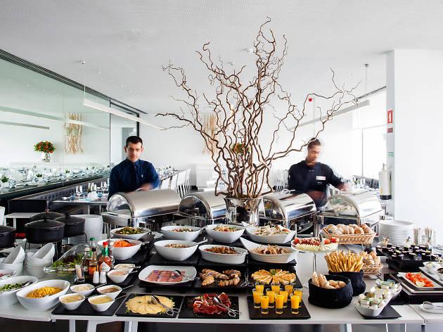 Homens servem brunch no hotel Altis Belém