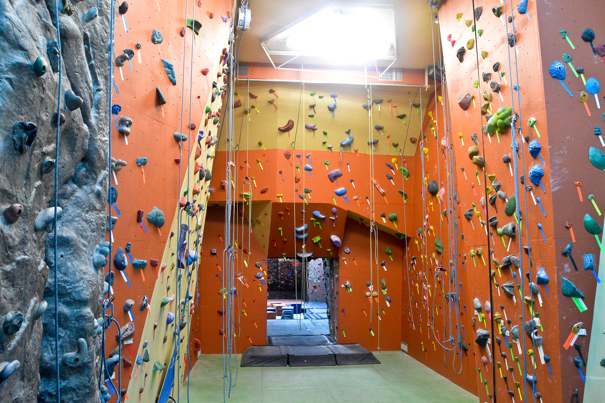 Best places to go outdoor or indoor rock climbing in nyc for Places to see in nyc at night