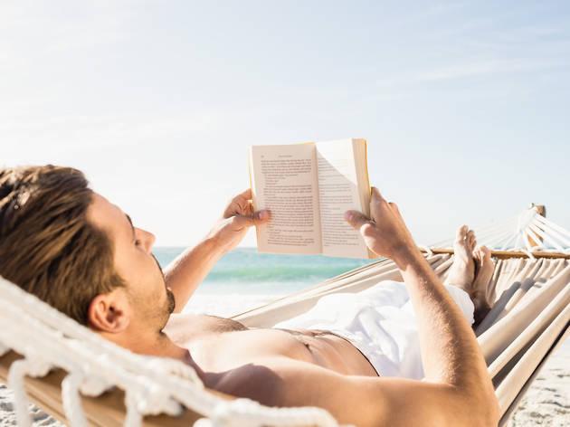 Vuit clàssics per llegir a la platja