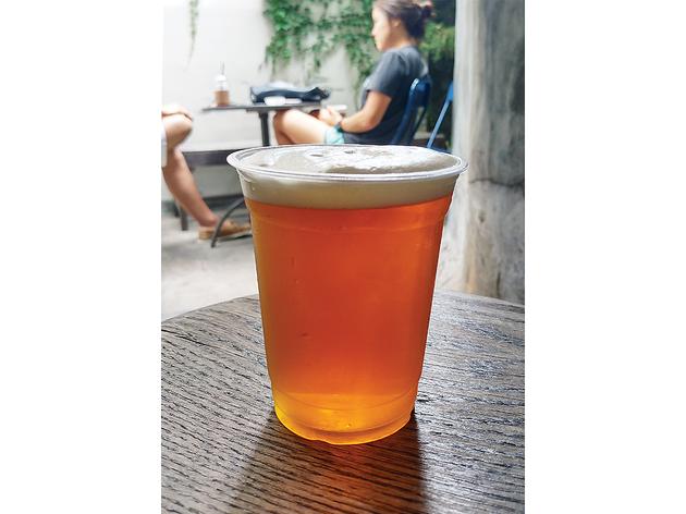 맥주를 마실 수 있는 카페의 테라스