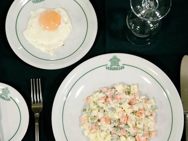Ovo Estrelado com Salada Russa na Pastelaria Versailles