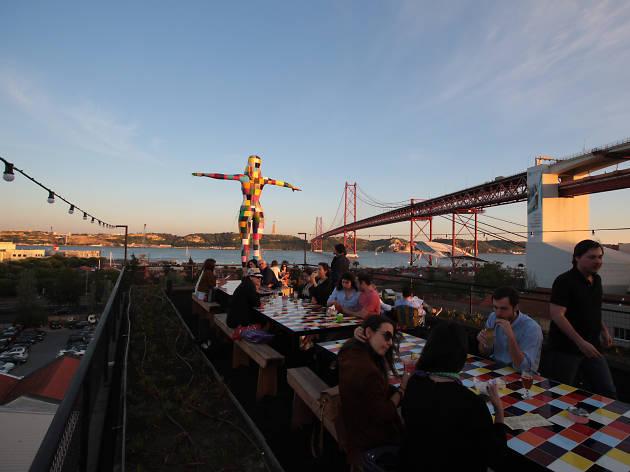 16 restaurantes para jantar e beber um copo sem sair de lá