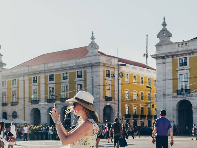 Turista no Terreiro do Paço