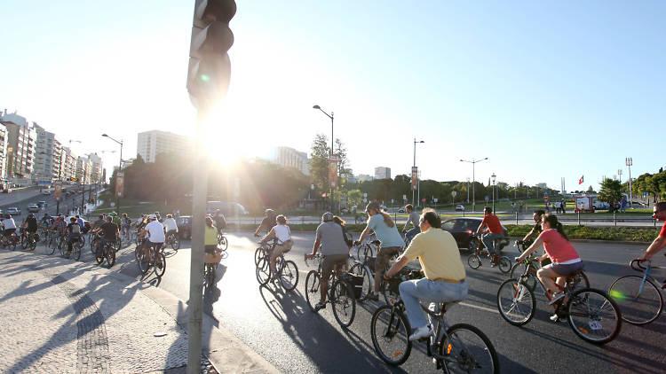 Passeio de bicicleta promovido pela Massa Crítica
