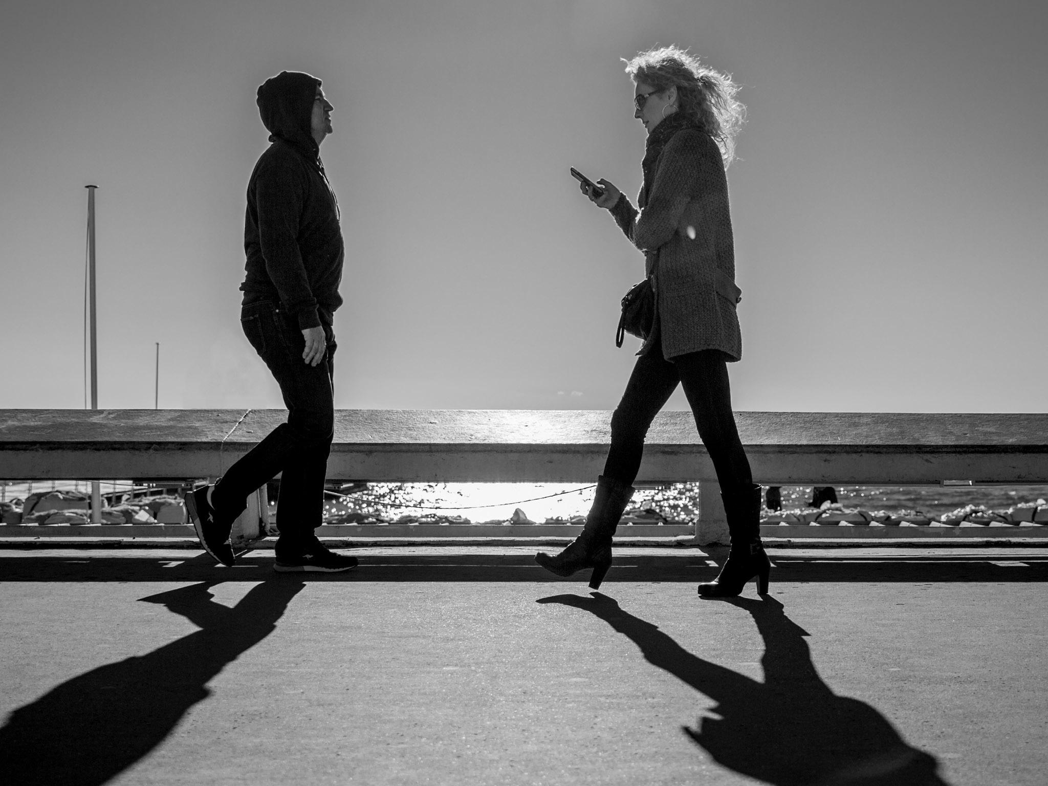 Pessoas a andar com telemóvel