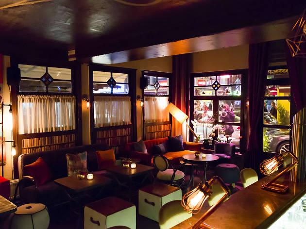 Alexandra Cocktail Bar'ın iç mekânından.
