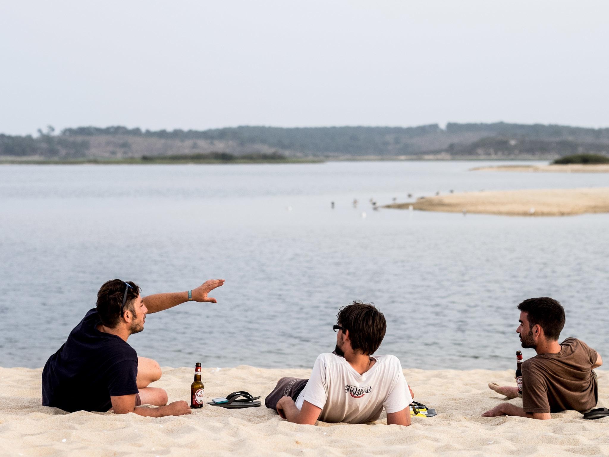Rapazes a aproveitar o fim do dia na Lagoa de Santo André