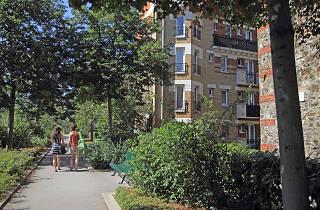 Coulée verte René Dumont promenade bucolique jardin vert vue immeubles