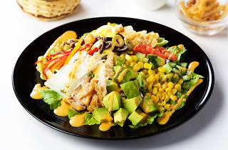 10種野菜とゆで卵、チキンのコブサラダ