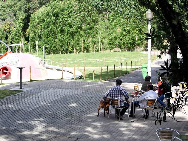 Espanada junto ao parque infantil do Jardim Vale do Silêncio
