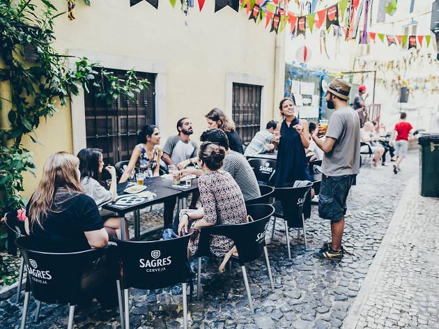 Jantar na Associação Renovar a Mouraria durante os Santos