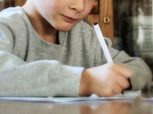 Criança a escrever
