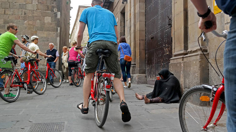 Turistes en bici a plaça de Sant Jaume