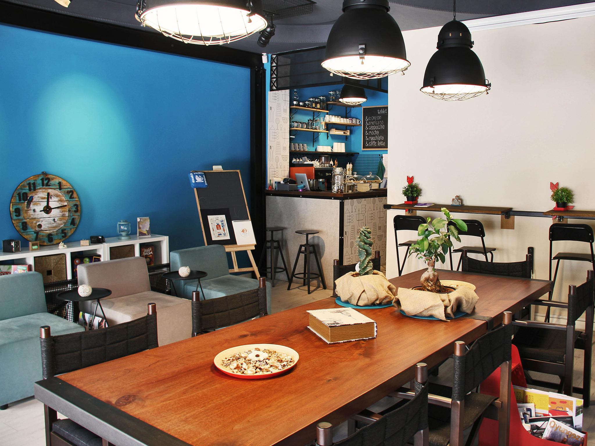 Olmadık Projeler Atölyesi'nin üst katındaki Tablet & Coffee