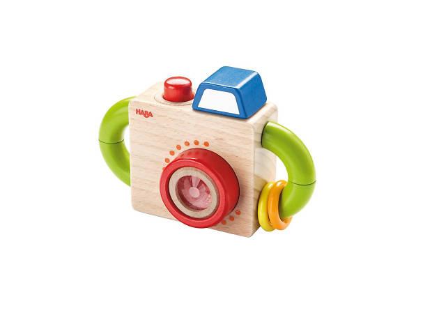 Brinquedo de madeira em forma de máquina fotográfica