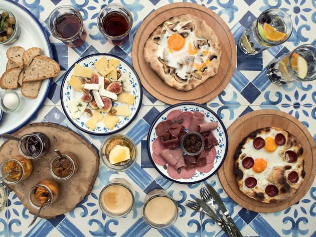 Sivuple kahvaltı menüsü