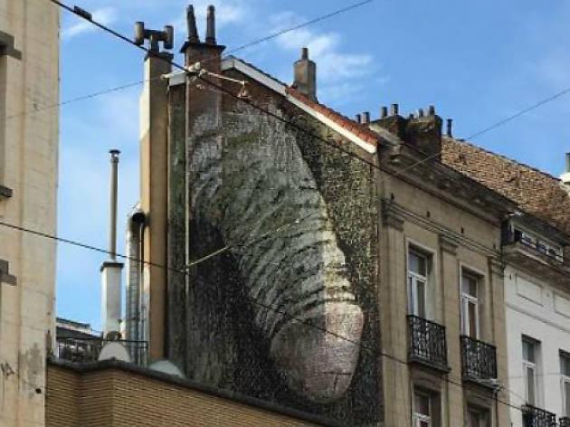 Street art : un pénis géant sur un mur de Bruxelles