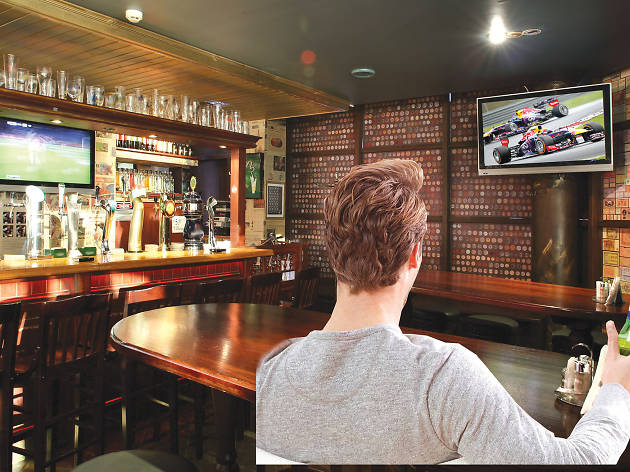 Watch grand prix in a pub