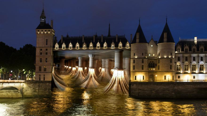 See the inside of the Conciergerie…from the outside