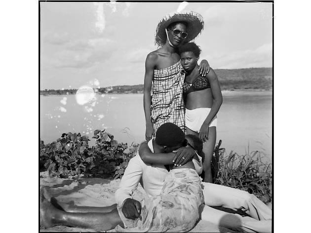 Malick Sidibé, Les Retrouvailles au bord du fleuve Niger, 1974 (c) Malick Sidibé. Courtesy Galerie MAGNIN-A, Paris