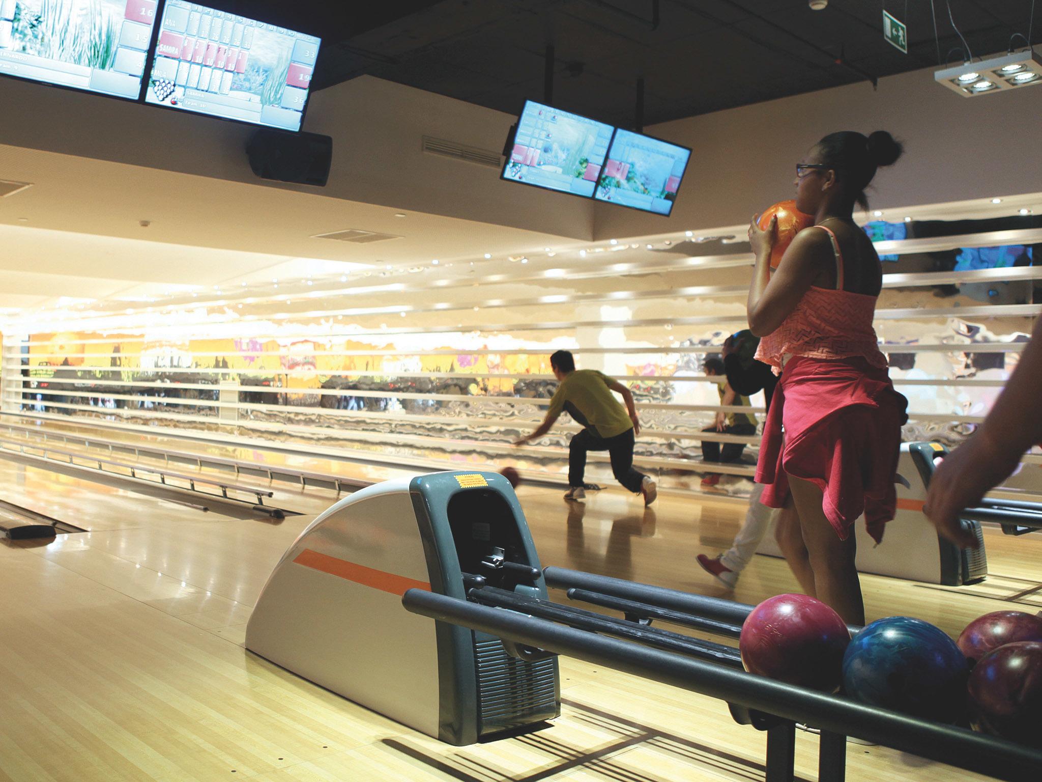 Desafie a verticalidade dos pinos no bowling do Colombo